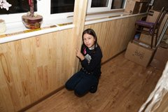 Обшивка балкона по парапету деревянной вагонкой