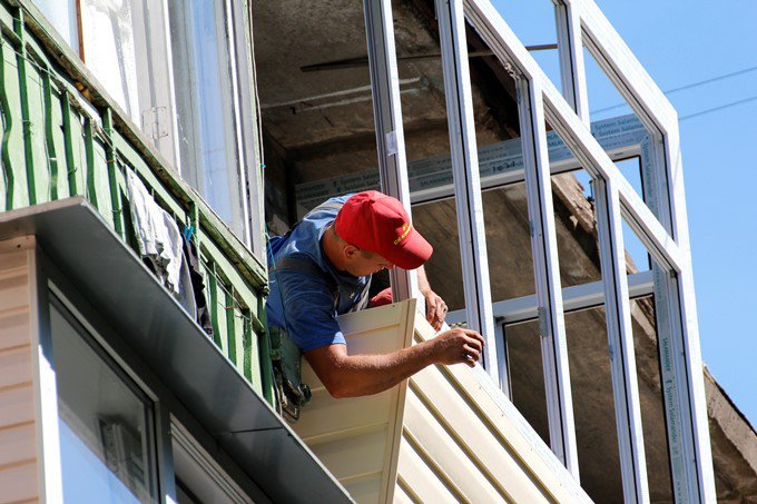 Наружная обшивка балкона сайдингом на Дарнице