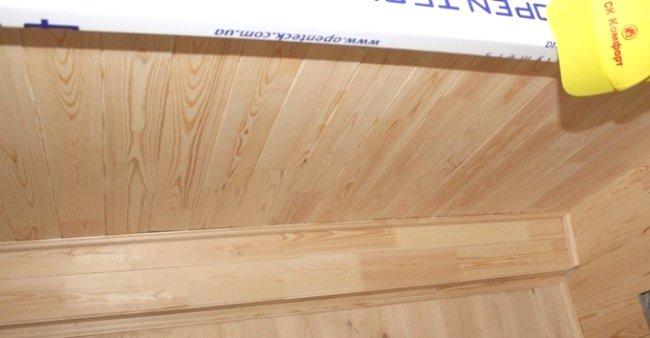 Обшиття балкону дерев'яною вагонкою фото СК Комфорт