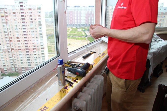 Качественное утепление пластиковых окон, заделка между подоконником и рамой фото СК Комфорт Позняки